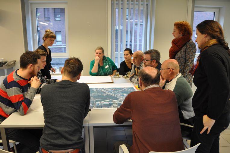 Stad en bewoners vergaderen over het volkspark.