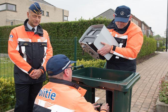 Agenten installeren de superflitser. Ronsenaars zien overdreven snelheid als het grootste buurtprobleem.