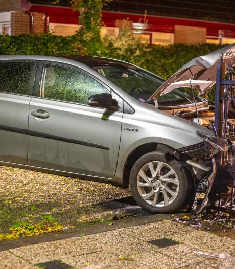 Personenauto ramt toegangshek in Vinkeveen