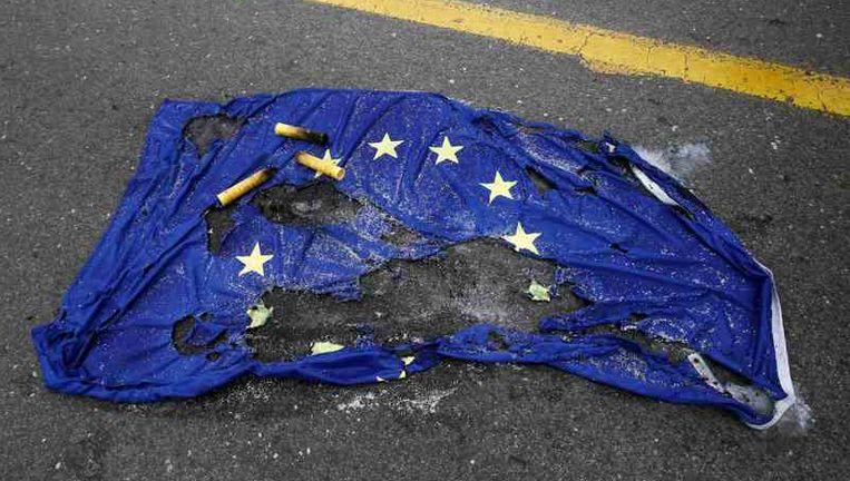 Ook in Griekenland is niet iedereen blij met het optreden van de coalitietroepen. Bij een protestmars van Griekse communisten werd de Europese vlag verbrand. Beeld reuters