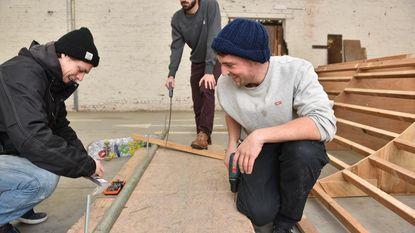Jongeren bouwen eigen skatepark in loods