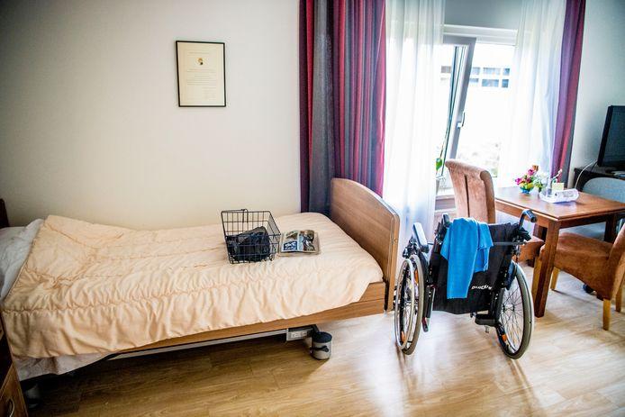 Een een kamer met een rollator van een oudere in een verzorgingstehuis