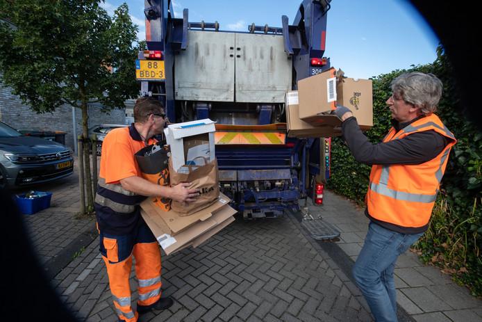 Ronald Kamps  loopt mee met vuilnisman Harold, die hetzelfde werk ooit als taakstraf verrichtte.