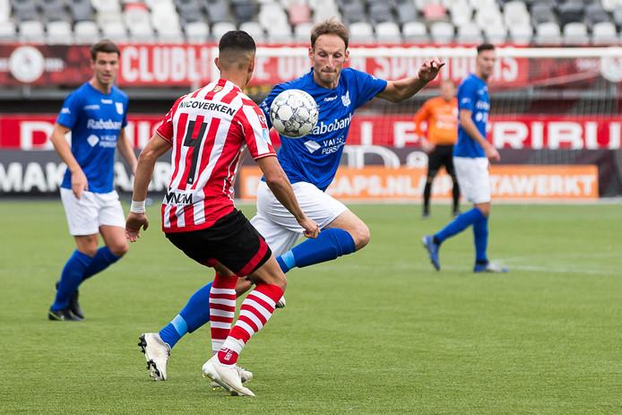 GVVV'er Philip Ties (rechts) probeert Jong Sparta-speler Abdallah Aberkane af te schudden