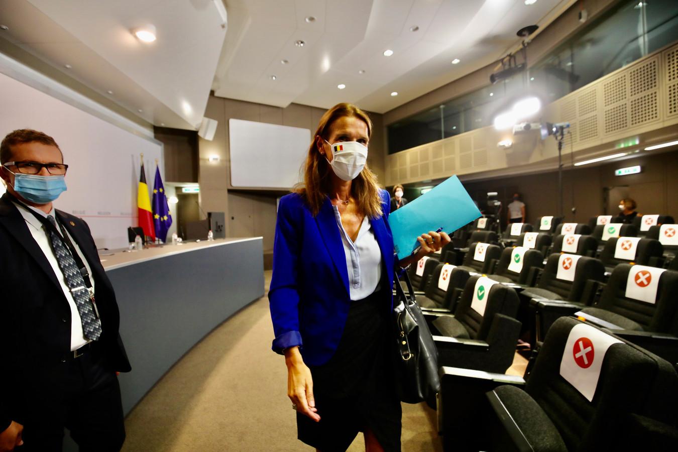 Eerste minister Sophie Wilmès wandelt weg na de Veiligheidsraad van eind augustus in Brussel.