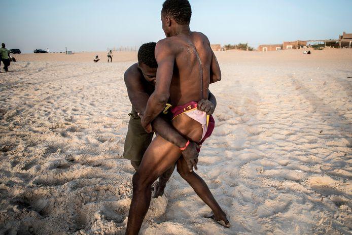 Mauritaanse worstelaars trainen op het strand bij de hoofdstad Nouakchott.