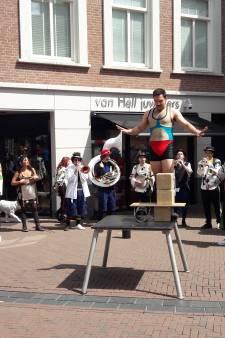 Dolle boel in hartje Apeldoorn: acts zetten de stad op z'n kop