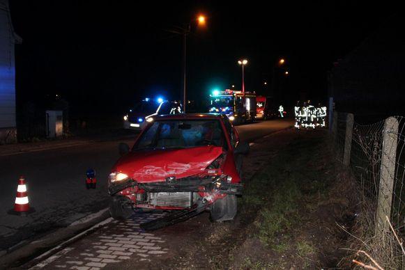De zwaar beschadigde Peugeot 106.
