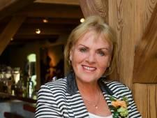 Gepensioneerde Tineke (70) zingt over de schoonheid van haar dorp