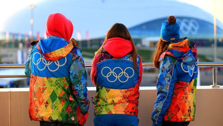 Drie mensen kijken uit op het olympisch park in Sotsji Beeld getty