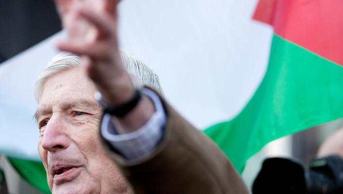 Dries van Agt met op de achtergrond de Palestijnse vlag.