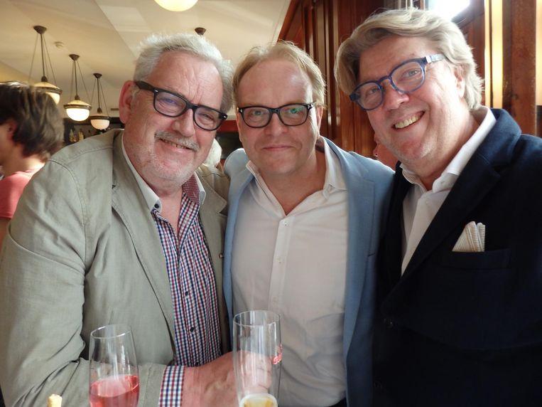 Meesterkok Robert Kranenborg (r): 'Vroeger dronk onze vader of opa dit.' Oud-wethouder Frits Huffnagel (m): 'Dat zijn wij nu zelf.' Ook met zanger Ernst Daniël Smid Beeld Schuim