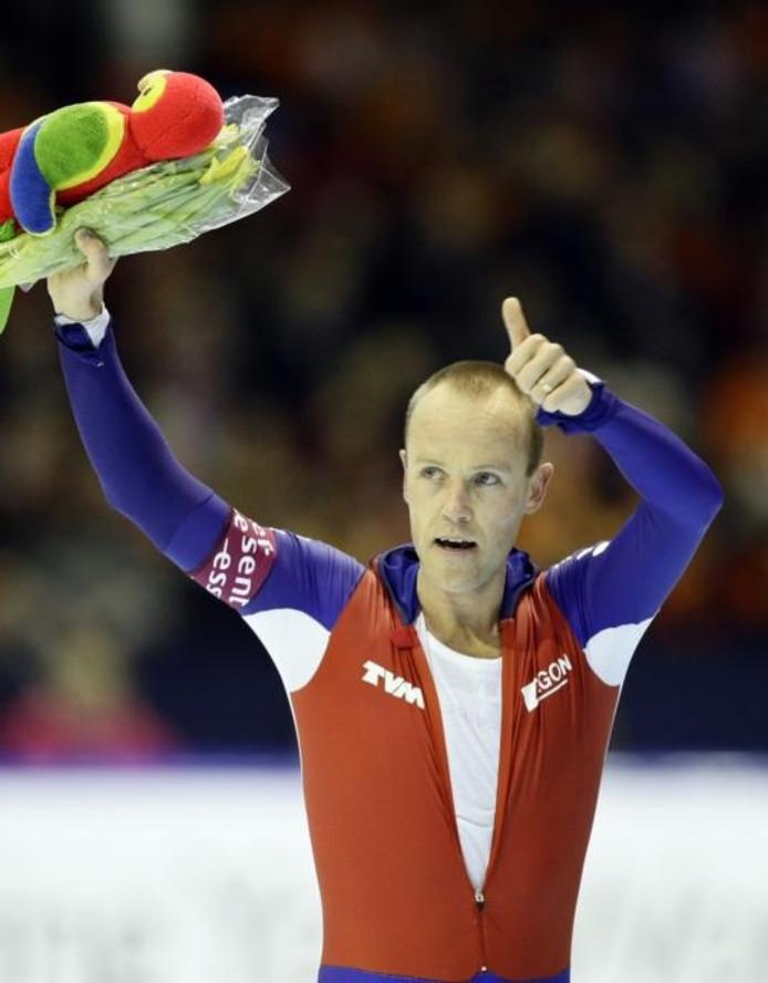Carl Verheijen steekt zijn duim op in zijn ereronde na afloop van de 5000 meter in Thialf. Zijn schaatsloopbaan zit erop. foto Vincent Jannink/ANP