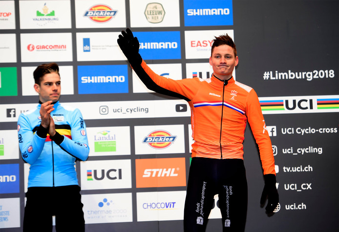 Mathieu van der Poel moet genoegen nemen met zilver. Links winnaar Wout van Aert.