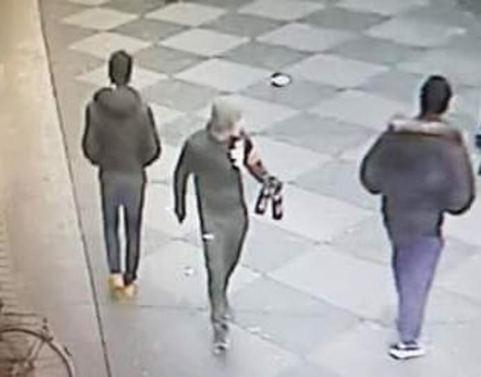 Foto van de verdachte man met mes die richting de camera loopt.