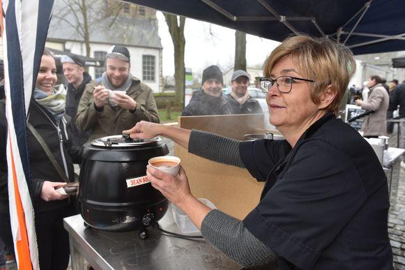 Cafébazin Mireille paste haar drankenassortiment aan: verse soep in plaats van bier en frisdrank.