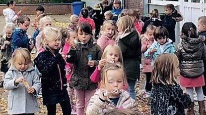 Kinderen GO! Hof Pepijn blazen bellen voor kinderen die niet naar school kunnen
