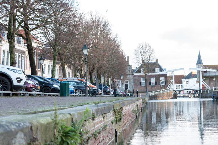 De kademuren van de monumentale Oude Haven in Zierikzee moeten hoognodig gerestaureerd. Omwonenden zijn bang dat bij het boren van een nieuwe fundering scheuren ontstaan in hun huis.