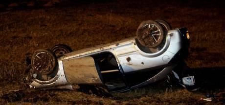 Auto raakt van de weg in Tuil en belandt op zijn kop in het weiland