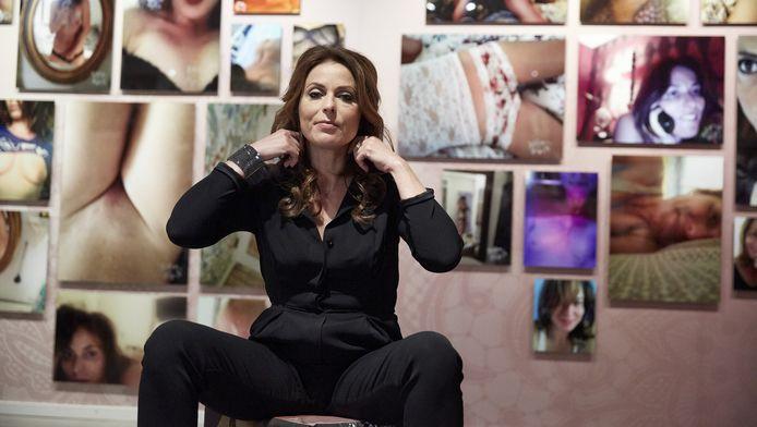 Heleen van Royen tijdens de opening van haar expositie Selfmade in het Letterkundig Museum in mei. Op de tentoonstelling zijn meer dan 200 fotografische zelfportretten van de schrijfster te zien.