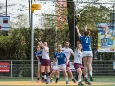 Nijverdalse korfbalclub huldigt 13 jubilarissen