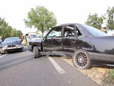 Zwaar ongeluk met twee auto's in Bladel, beide bestuurders naar het ziekenhuis