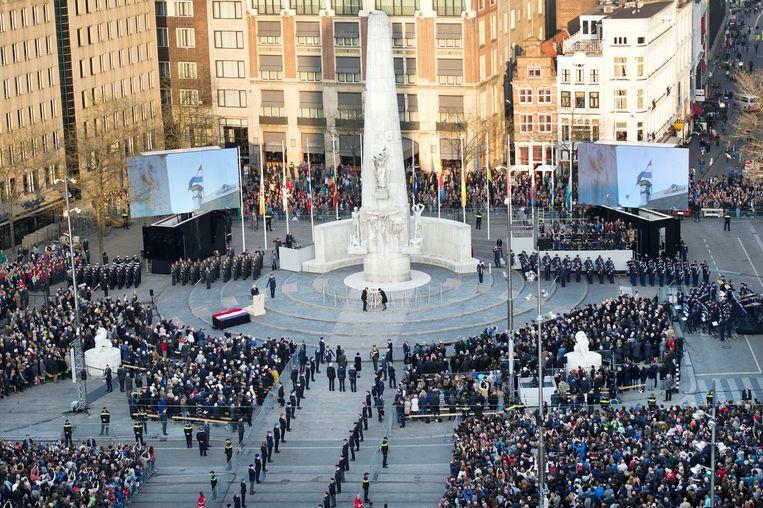 Koning Willem-Alexander en koningin Maxima leggen een krans bij het Nationale Monument. Beeld ANP
