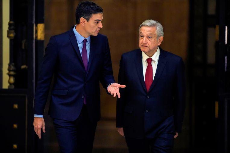 De Mexicaanse president Andres Manuel Lopez Obrador (R) en de premier van Spanje, Pedro Sanchez arriveren voor een gezamenlijke persconferentie.