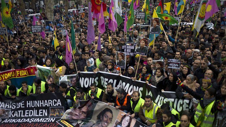 Koerdische demonstranten in Parijs, vandaag. Beeld ap