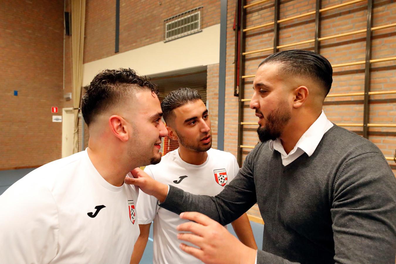 Imad Bouazzaoui (rechts) hier op archiefbeeld is trainer van ZVV Eindhoven.