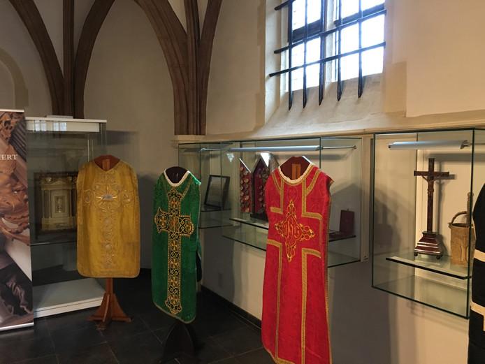 De tentoonstelling van liturgische gewaden in de gerfkamer van de Sint-Jan in Den Bosch.