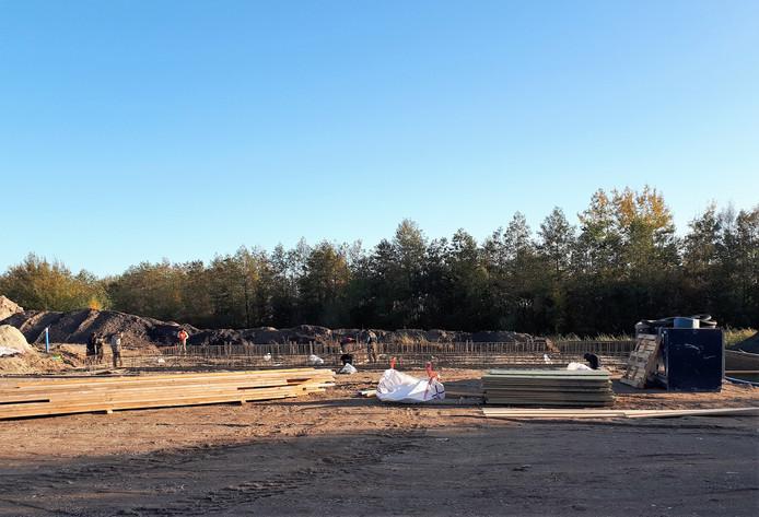 De bouw van het nieuwe kantoor voor bouwbedrijf De Stegge, half in het water bij de rotonde dicht tegen de Landerije, is intussen tot de fundering gevorderd.  Foto Alfred de Bruin