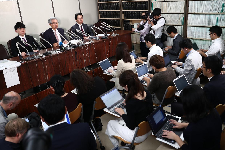 De advocaten van Carlos Ghosn toen de automagnaat nog in Japan vastzat, geven een persconferentie.