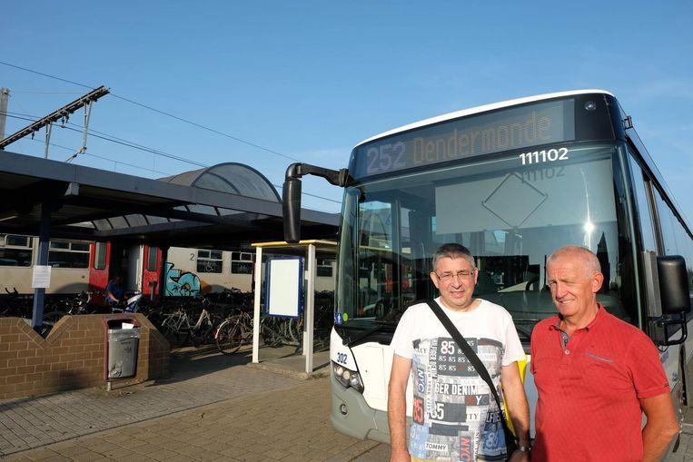 Ludo De Prins en Dirk Smet van actiecomité 'Haal de Lijn over de brug' bij 'probleemlijn' 252, de enige die Klein-Brabant bedient.