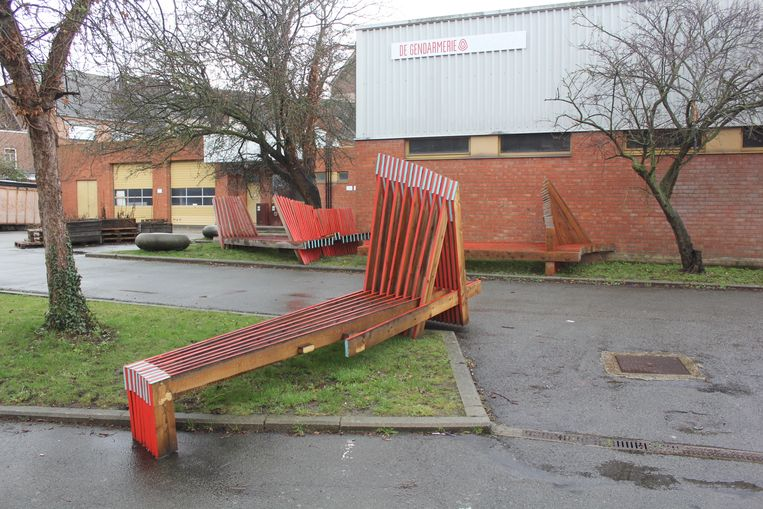 De houten constructies dienen nu als zitbanken op het binnenplein van De Gendarmerie.