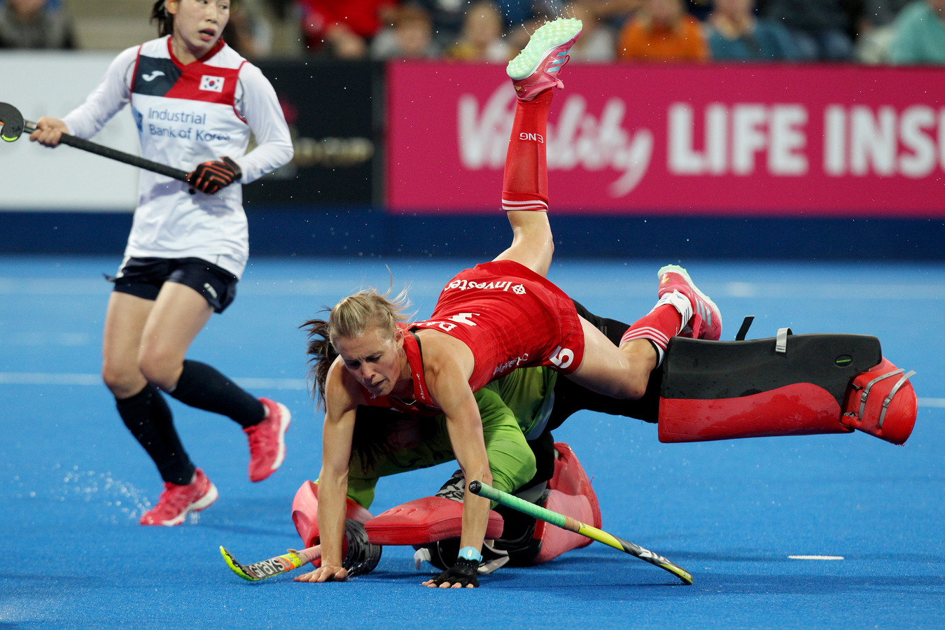De Engelse hockeyster Alex Danson in actie tegen Zuid-Korea.