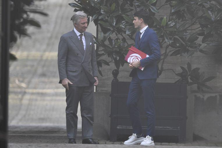 Sp.a-voorzitter Conner Rousseau - opnieuw op sneakers - met koning Filip.