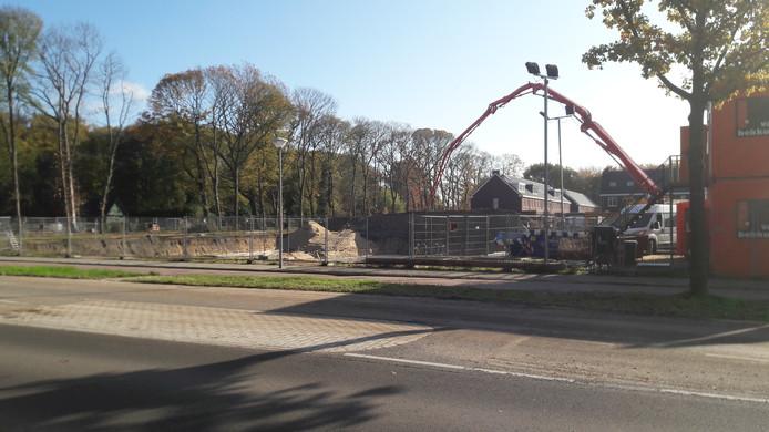 Aan de Banningstraat in Soesterberg komt het nieuwe dorpshart met appartementencomplex Den Bergh. Op de achtergrond de nieuwbouwwijk Noorduyn.