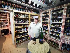 """Daniël (77) doet collectie van 4.000 bierflesjes, 5.000 glazen en 10.000 bierkaartjes van de hand: """"In de container? Dat krijg ik niet over mijn hart"""""""