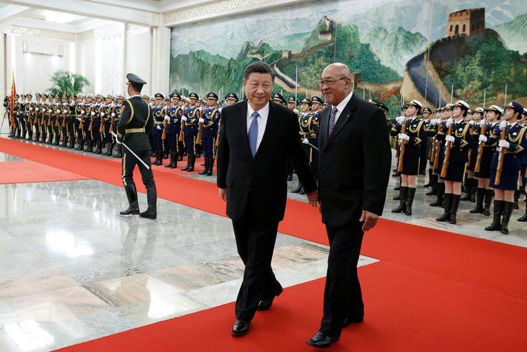 De Surinaamse president Desi Bouterse wordt welkom geheten in China door de Chinese president Xi Jinping.  Beeld REUTERS