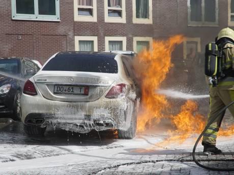 Peperdure Mercedes gaat in vlammen op in Deventer