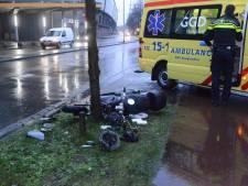 Scooterbestuurder rijdt frontaal tegen boom in Waldorpstraat