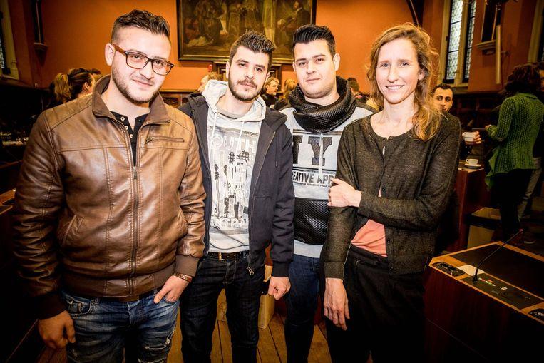 Coördinator Farah Laporte met Asaad, Akram en Ismael uit Syrië. Zij willen beroepsschilder worden.