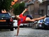 Deze trucs laat freestylster Laura (17) zien met een voetbal