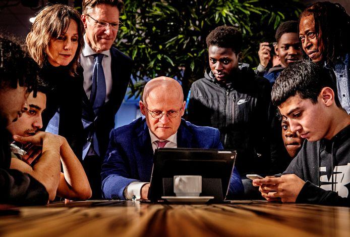 Minister Ferd Grapperhaus bezocht eerder het Bindelmeercollege in Diemen om met jongeren te spreken over zogenoemde drillrapvideo's, filmpjes waarin jongens messen tonen.