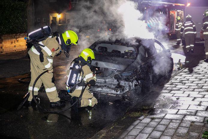 De auto die geparkeerd stond aan de Massenweg in Rheden brandde volledig uit.