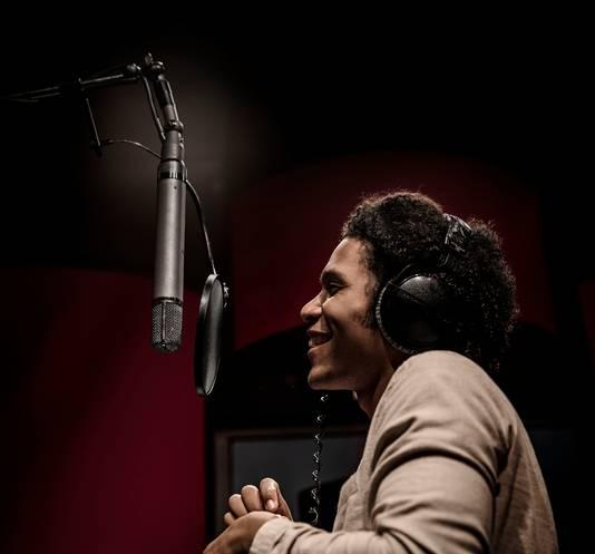 ReumaNederland en zanger Jared Grant brengen voor WereldReumaDag de Ramses Shaffy-klassieker 'Zing, vecht, huil, bid, lach, werk en bewonder' opnieuw uit.