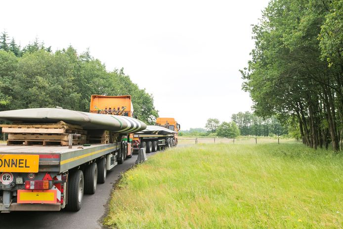 Transport van de replica van de Horsa naar Soesterberg, met de vleugels op een van de opleggers. Het zweefvliegtuig uit de Tweede Wereldoorlog van Britse makelij komt in september in Oosterbeek te staan tijdens de herdenking van de Slag om Arnhem.