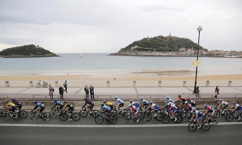 Het peloton tijdens de eerste etappe van de Vuelta.