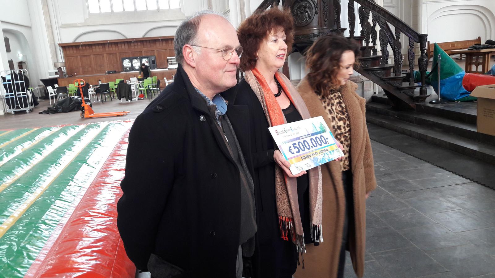 Ambassadeur Leontine Borsato (rechts) van de BankGiro Loterij verraste directeur Petra van Stijn van de Eusebius met een gift van een half miljoen euro.